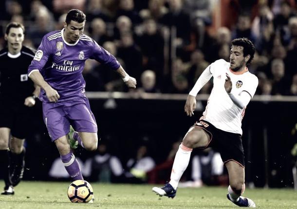 Cristiano Ronaldo (Real Madrid) intentando un regate ante Dani Parejo (Valencia) | Foto: Getty Images