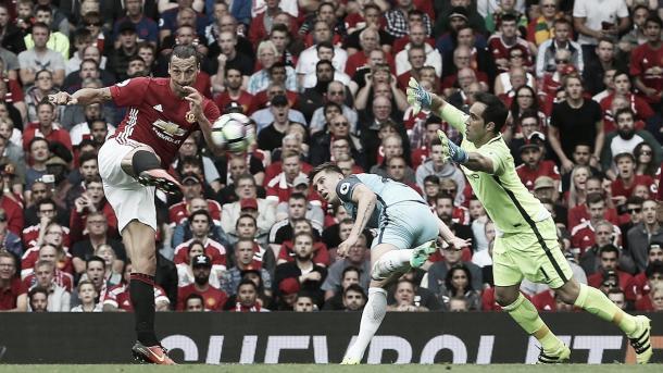 Ibrahimovic en el gol que anotó ante el Manchester City. Foto: Premier League.