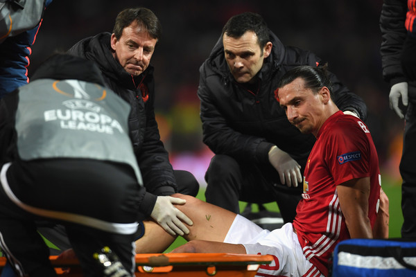 Ibrahimovic a terra dopo l'infortunio in Europa League, zimbio.com