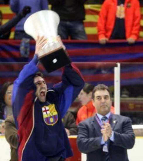 2009. El capitán del Barça levanta la Copa Samaranch ante la mirada del Presidente de la RFEDH