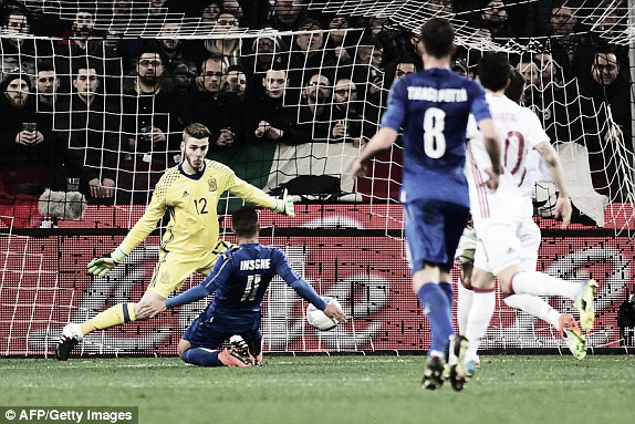 Lorenzo Insigne slots past David De Gea in Spain's 1-1 draw with Italy | Photo: Getty Images