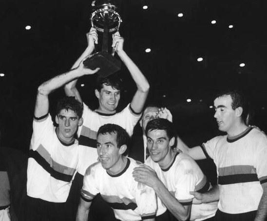 I giocatori dell'Inter alzano la Coppa Intercontinentale del 1964. Foto: Storie di Calcio