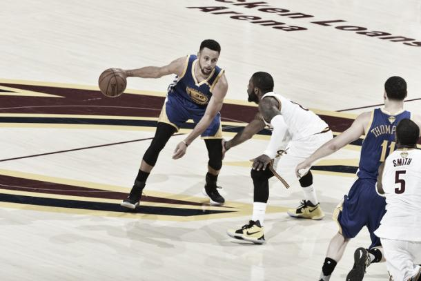 Stephen Curry looks to attack against Kyrie Irving. Photo: David Liam Kyle/NBAE/Getty Images