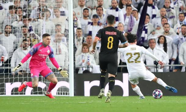Isco crosses the ball to score against Ederson / Photo: UEFA