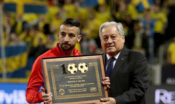 Isla é homenageado por 100 jogos pela seleção chilena (Foto: ANFP)