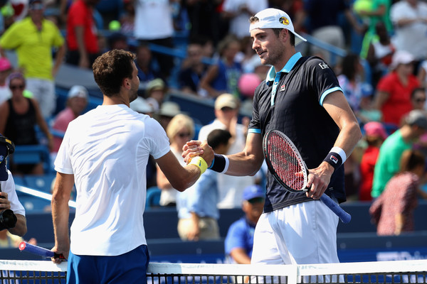 Isner (right) and Grigor Dimitrov shake hands after their semifinal battle. Photo: Rob Carr/Getty Images