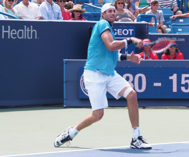 John Isner hits a forehand during the semifinal in Cincinnati. Photo: Noel Alberto