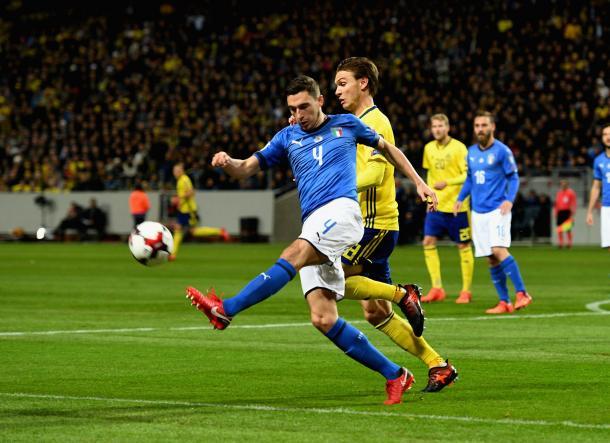 Disputa de un balón en el Suecia - Italia de la ida | Foto: Italia oficial