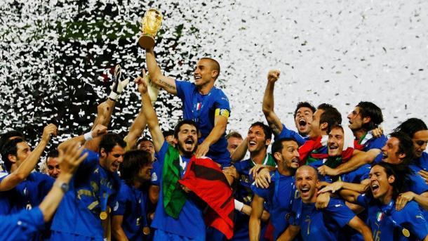 La escuadra italiana alzando, cual comandante romano, al posterior Balón de Oro, Fabio Cannavaro. Fuente: FIFA.
