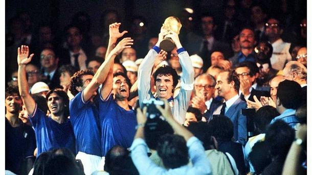 Dino Zoff alza la Copa Mundial en el Santiago Bernabéu. | Foto: FIFA