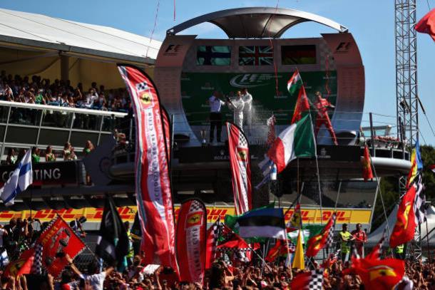 Os três primeiros comemoraram no pódio com a apaixonada torcida italiana (Foto: Dan Istitene/Getty Images)
