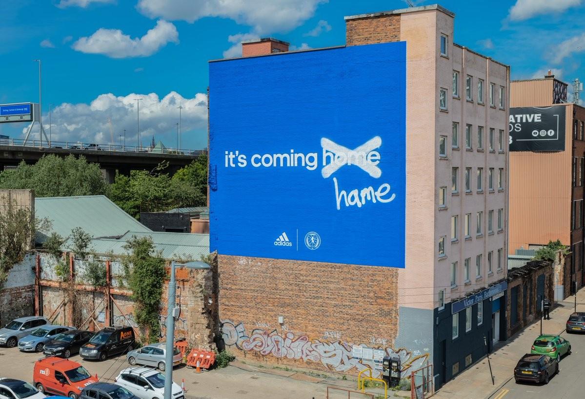 Fachada en la que se halla la pancarta   Imagen: thedrum.com