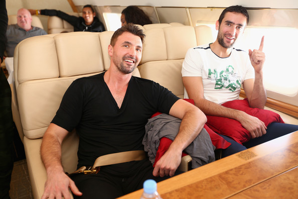 Goran Ivanisevic (left) and Marin Cilic hang out on a flight during the 2014 IPTL season. Photo: Clive Brunskill/Getty Images