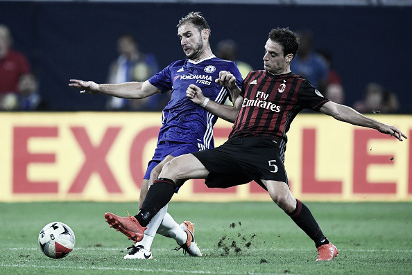 Ivanovic e Bonaventura em disputa de bola (Foto: Darren Walsh/Chelsea FC via Getty Images)