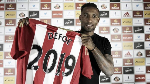 Above: Jermain Defoe signing his new contract at Sunderland AFC | Photo: safc.com