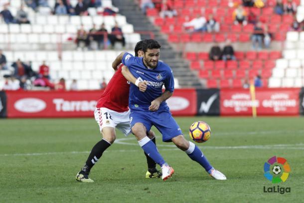 Jorge Molina y Suzuki pugnan por el balón | LaLiga