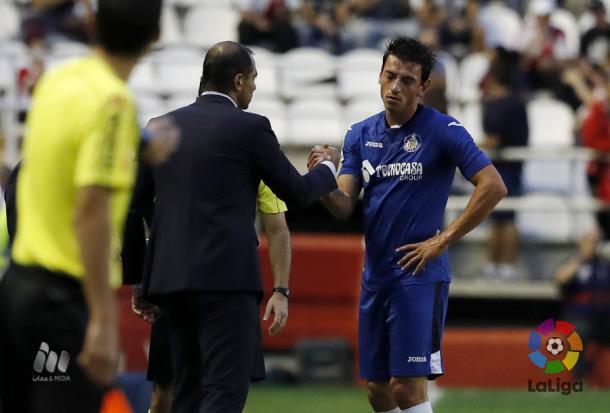 Juan Eduardo Esnáider consuela a un lesionado Gorosito durante el partido frente al Rayo Vallecano | LaLiga