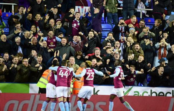 Los jugadores del Villa celebran con los suyos el gol de la victoria. Foto: Getty Images