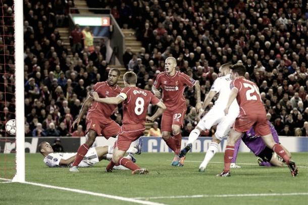 Karim Benzema haciendo uno de sus dos goles en Anfield | Foto: Real Madrid