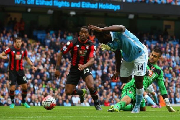 Bony salta il portiere nel match d'andata. Fonte: Reuters