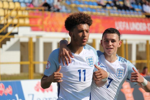 Jason Sancho (11) y Phil Foden (7) celebrando un gol | Foto: www.uefa.com