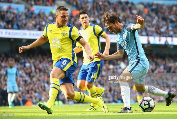 Everton's defence look to stop David Silva. Photo: Getty Images - Alex Livesey