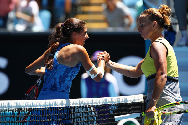 Kuznetsova and Fourlis meet at the net | Photo: Cameron Spencer/Getty Images AsiaPac