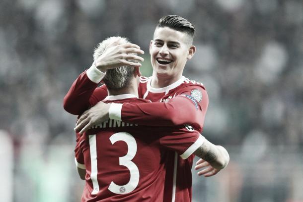 James celebra con el asistidor Rafinha | fuente: @FCBayern