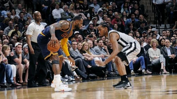 Kawhi Leonard (right) guards Lebron James (left) in a game in San Antonio (Getty Images)