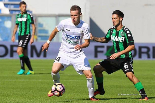 Jankto sfugge a Pellegrini. Fonte: www.facebook.com/UdineseCalcio1896