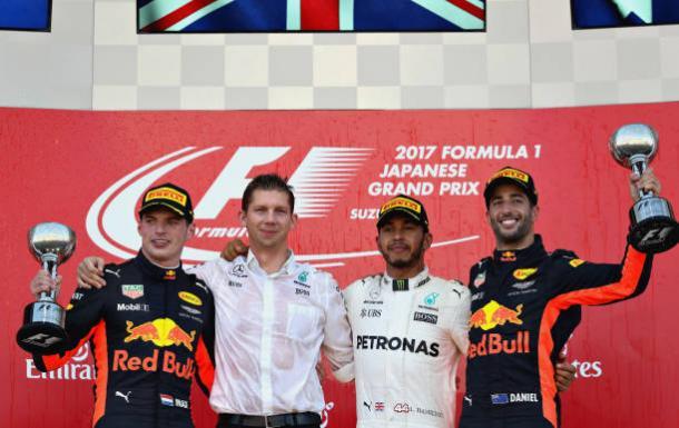Hamilton (centro), Verstappen (esq.) e Ricciardo (dir.) fizeram o pódio (Foto: Mark Thompson/Getty Images)