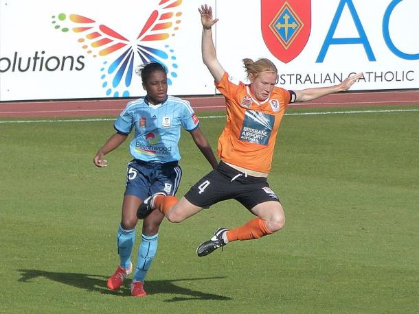 Spencer (left) challenges Clare Polkinghorne in the Australian W-League in 2014. She is playing for Melbourne City FC again this season. | Photo: Warren Major - Wikimedia Commons