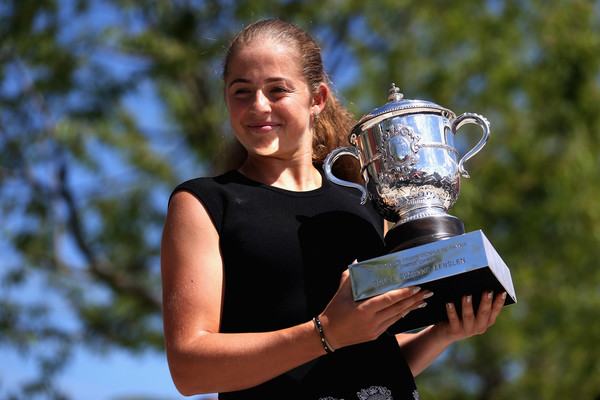 Trophy parade: Ostapenko during her trophy photo-shoot in Paris | Photo: Alex Pantling/Getty Images Europe