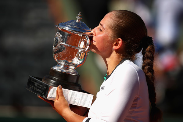 Jelena Ostapenko kisses her French Open trophy, defeating Halep in the final | Photo: Clive Brunskill/Getty Images Europe