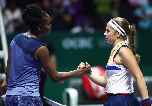 Both players meet at the net for a handshake after the encounter | Photo: Clive Brunskill/Getty Images AsiaPac