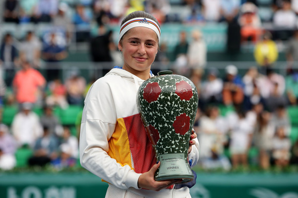 Jelena Ostapenko proudly posing alongside her Korea Open title | Photo: Chung Sung-Jun/Getty Images AsiaPac