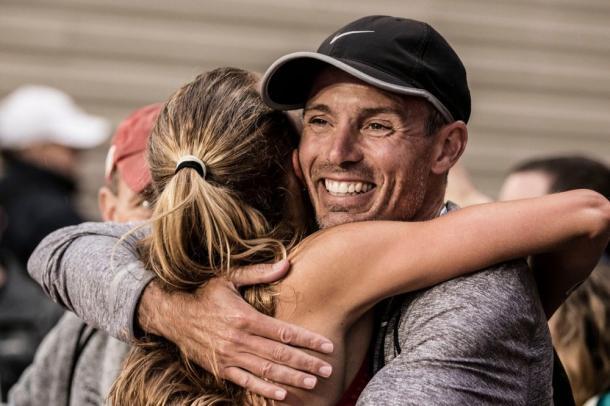 Jerry Schumacher felicita y abraza a Shalane Flanagan después de su victoria en Nueva York (Foto Jerry Schumacher)