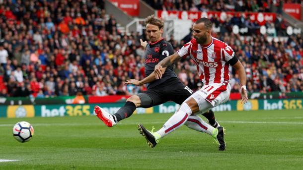 Jesé (dir.) marcou o gol da vitória do Stoke sobre o Arsenal no primeiro turno (Foto: Divulgação/Premier League)