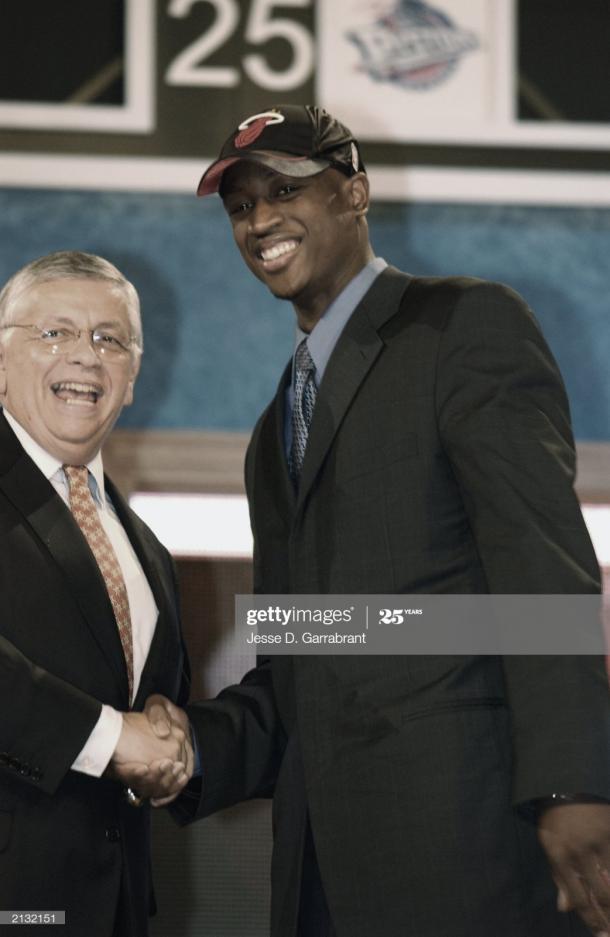 El comisionado David Stern saluda a Wade durante el Draft   Foto: Jesse D. Garrabrant, GettyImages