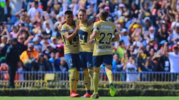 Jesús Gallardo celebrando con Nicolás Castillo y Marcelo Díaz (Pumas UNAM) | Foto: Imago7
