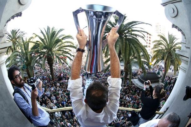 Joan Plaza ofrece la Eurocup 2017 a la afición de Unicaja.   Foto: Joan Plaza