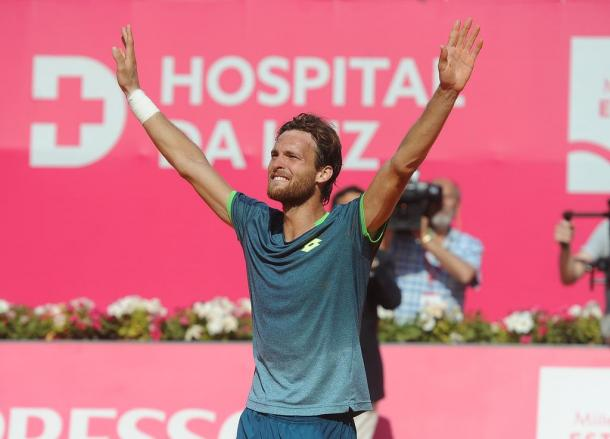 João Sousa receiving a standing ovation from the Portuguese crowd. (Photo by Millennium Estoril Open)