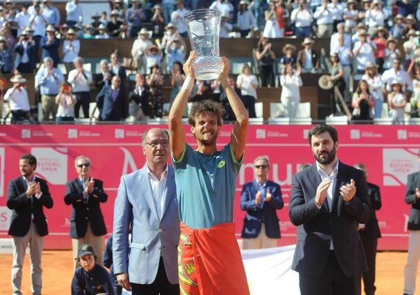 The winner of the Millennium Estoril Open 2018, João Sousa, lifting the trophy. (Photo by Millennium Estoril Open)