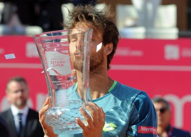João Sousa kissing his trophy. (Photo byMillennium Estoril Open)