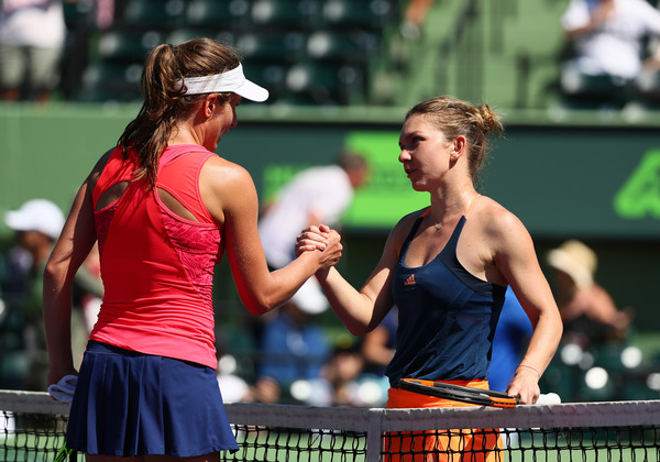 Both players meet at the net after the match | Photo: Al Bello/Getty Images North America