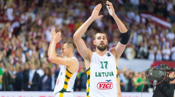 Jonas Valanciunas leva técnica e experiência para a Lituânia (Foto: Divulgação/FIBA)