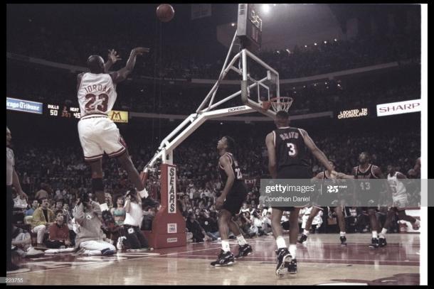 Michael Jordan lanza a canasta durante los Playoffs contra Miami   Foto: GettyImages