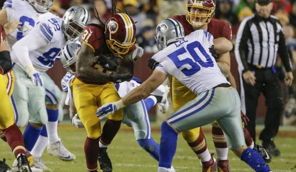 Matt Jones (center) carries the ball in a game against the Dallas Cowboys in 2015 | Source: Mark Tenaly - AP Photo