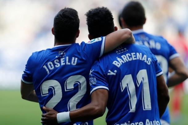 Joselu felicita a Bárcenas por la consecución del gol que subía el 1-0 al marcador.   Imagen: Real Oviedo