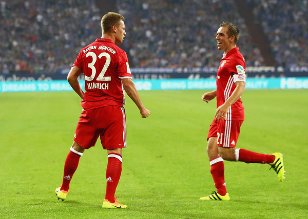 Kimmich celebrating with Philipp Lahm. | Photo: Zimbio/Alex Grimm/Bongarts